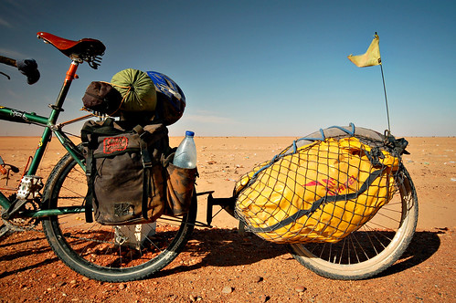 My bike's rear end in the Sudanese desert | by tomsbiketrip.com