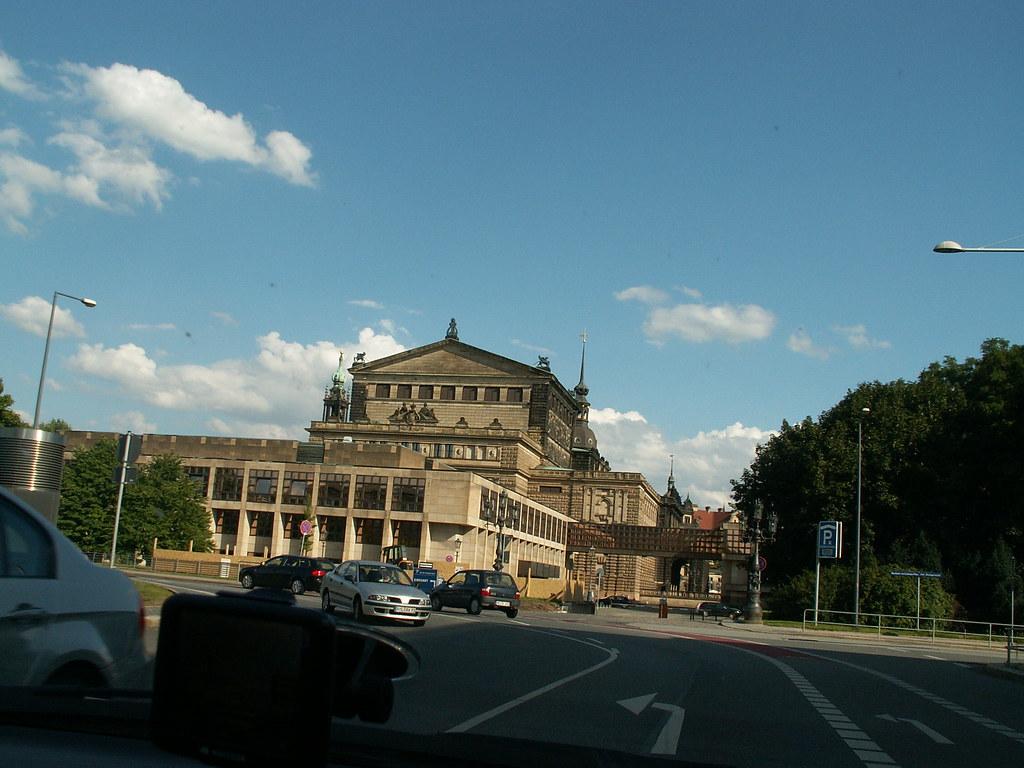 Nach der politischen Wende 1989 und der deutschen Wiedervereinigung 1990 wurde Dresden wieder die Hauptstadt des neu errichteten Freistaates Sachsen. Im August 2002 wurde die Stadt Dresden in Sachsen von einer Jahrhundertflut getroffen 217