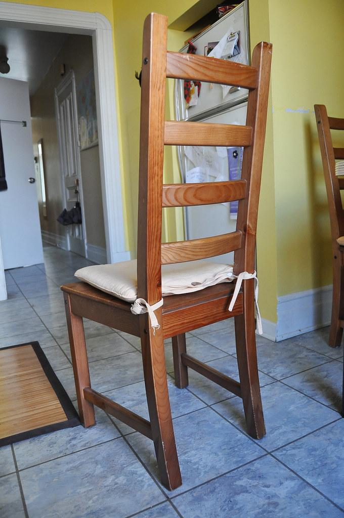 Vend 4 chaises Ikea en bois + coussin - 150$