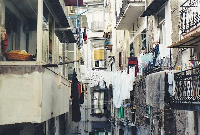 Napoli, un vicolo del Rione Santa Lucia
