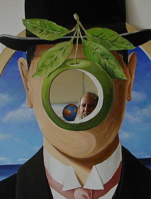 """""""Hommage à Magritte"""" - clin d'oeil à Ma.....ma pomme"""