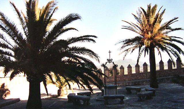 Mallorca - Santuari de Bonany - Hof mit Brunnen und Palmen