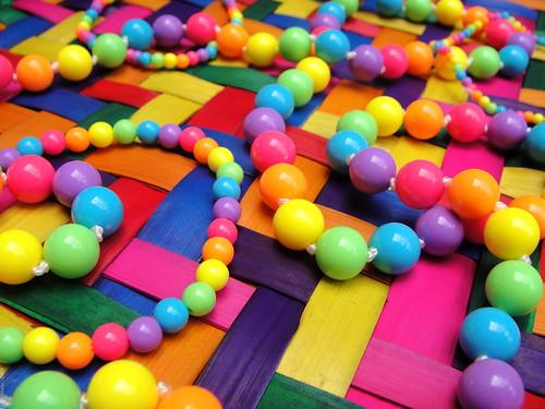 Esferas en mantel de colores - 2009 4184 | by Lucy Nieto