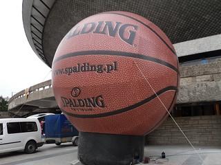 Wielka piłka koszykowa przed Spodkiem