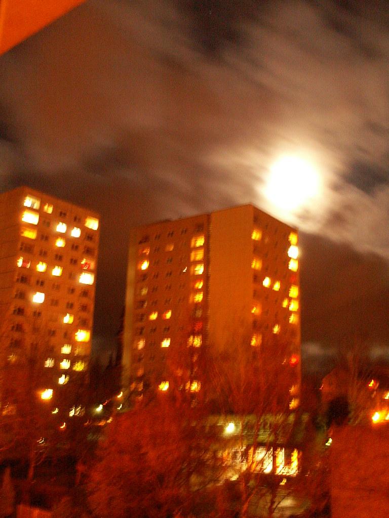 Zur Nacht in Dresden, dann, lieber Mond, dann nimm den Schleier wieder, und traure um deinen Freund, und weine durch den Wolkenflor hernieder, wie dein Verlaßner weint es war nicht allzuwohl geschmückt auch schien es etwas wild verrückt, und wild und rauh war sein Gesicht 650