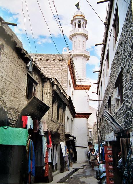 Une rue de Leh, la mosquée