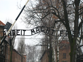 Entrada a Auswitch - Auschwitz | by ReservasdeCoches.com