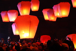 飛吧, 天燈! Fly, Sky Lanterns! | by Henry Leong