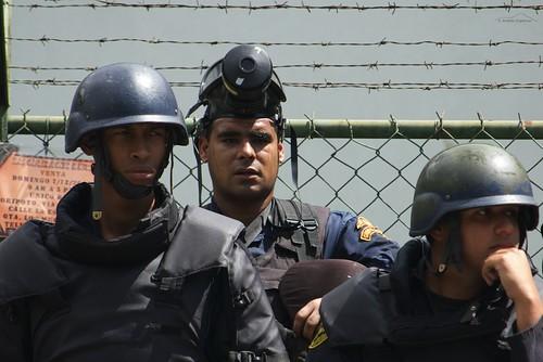 Policias cansados, confundidos, con sentimientos encontrados   by andresAzp