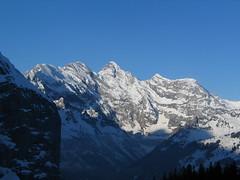 Krásné hory regionu Jungfrau v jarním ranním slunci.