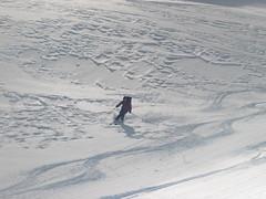 Vlnky na povrchu sněhu značí navátý sníh – dobrý na ježdění, ale je lavinový!