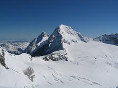 Pohled zpět. V popředí Mnich, za ním zpola schovaný Eiger.