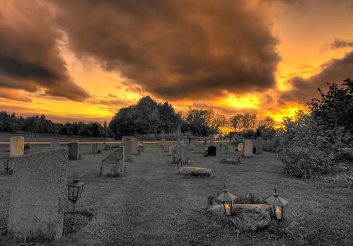 Dramatisk kirkegård by Oddne Rasmussen