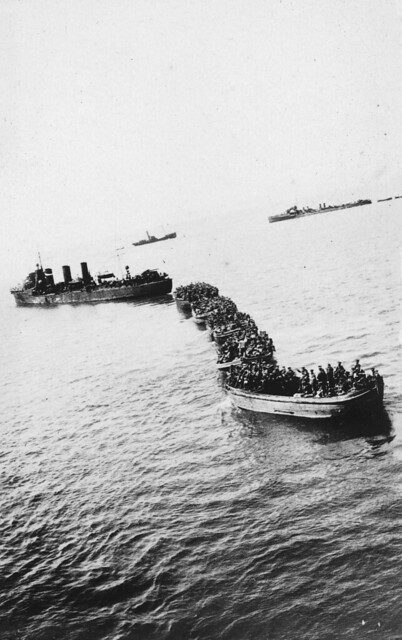 A landing party approaching the shore at Gallipoli during World War I, 1915 - Alexander Turnbull Library