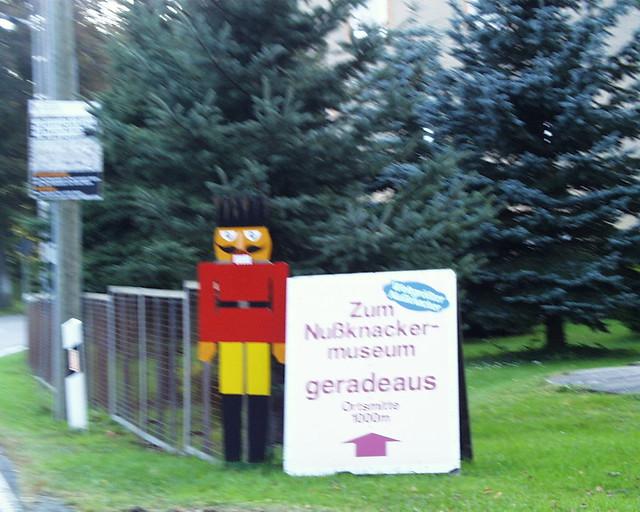 Wegweiser zum Nussknackermuseum in der Bahnhofstraße 20 Neuhausen im Erzgebirge - Die Öffnungszeiten des Nussknackermuseums und des Technischen Museums sind identisch 016