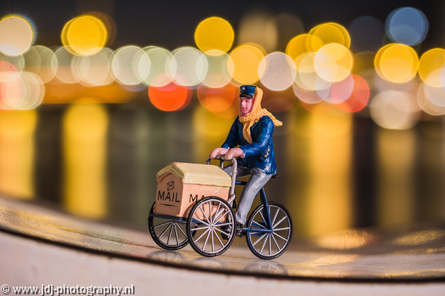 Minipeoplopolis, part 1; mailman on the way