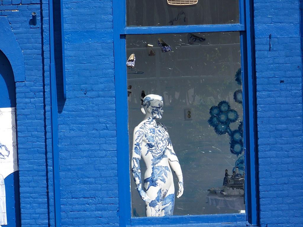 Delftblue manequin in window