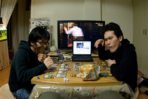 Chicos japoneses jugando Magic: The Gathering