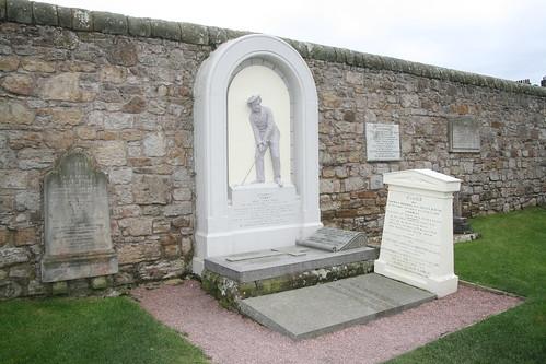 Old Tom Morris grav på St Andrews Cathedral & St Rule's Tower.
