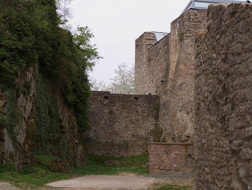 zwischen Fels und alten Mauern | by tuxbrother