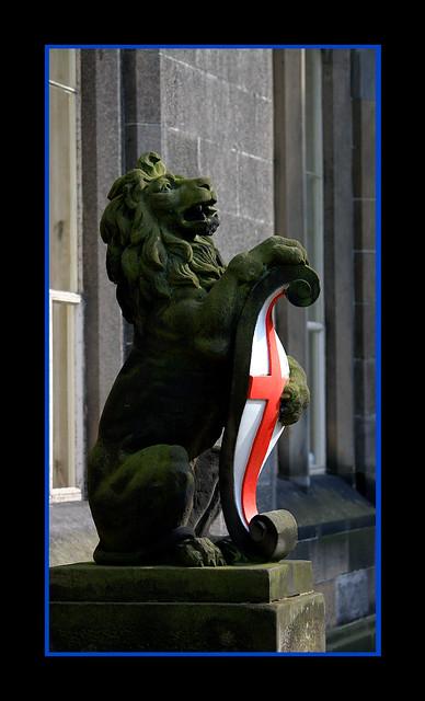 Lion holding Elphinstone´s crest