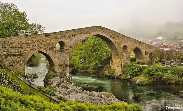 Puente Romano bajo la niebla