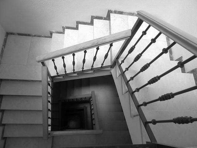 Escalera abajo