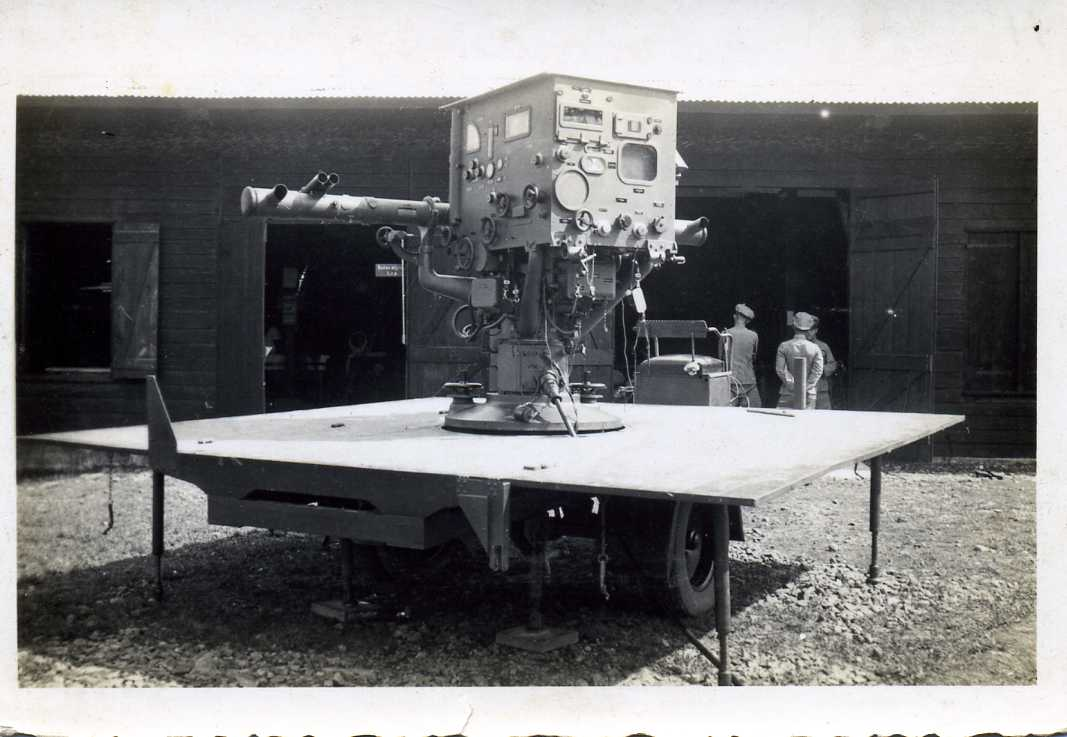 het vuurleidingstoestel op chassis / fire-control machine on chassis , Dutch Indies , late 1930's