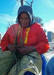 Mujer Tarahumara tejiendo - Tarahumara woman weaving basket; Divisadero, Barranca de Cobre, SW of Creel, Chihuahua, Mexico