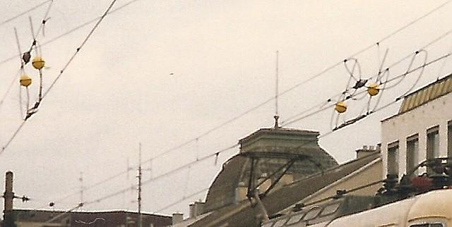 DB Ellok0028b Zoom auf Linienisolatoren in St. Pölten Hbf, Österreich