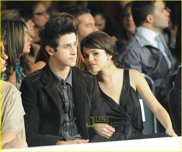 Selena dating David Henrie Dating je vader