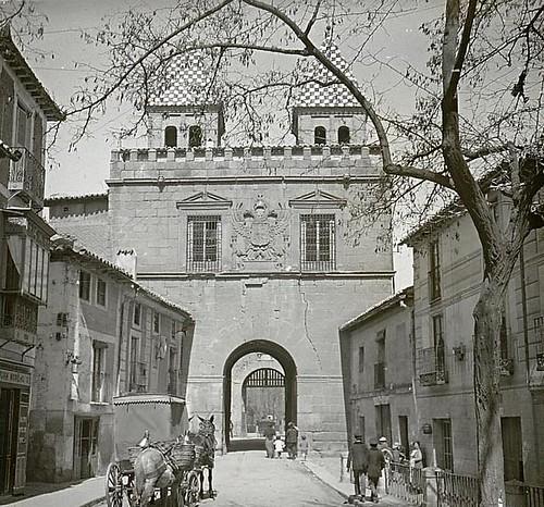 Puerta de Bisagra (Toledo) en 1913. Fotografía de Luis Calandre Ibáñez