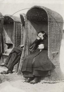 Slapende vrouw in strandstoel / Sleeping woman in beach chair