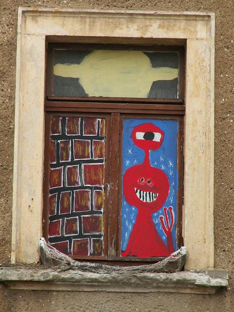 Fensterbilder in Dresden wie ist die Welt so klein, du drängst uns alle in die engen Hütten hinein, und geh' ich auch vorüber an meiner Liebsten Haus, kaum sieht sie mit dem Köpfchen zum kleinen Fenster heraus und nehm' ich's Herz in die Hände schaut kaum zu den Äuglein heraus 248