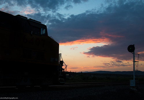 unionpacific trains railroad freighttrain unionpacificrailroad colorado coloradoriver coloradorailfanning denverriograndewestern upmoffattunnelsubdivision searchlights searchlightsignals railroadsignals sunset mrony