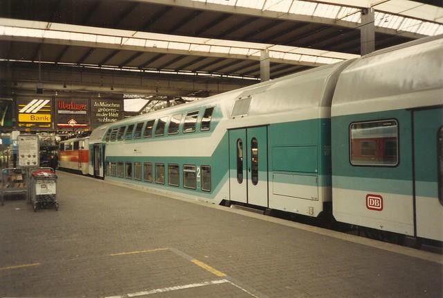 DB Ellok0223 Doppelstockwagen in München Hbf mit 111 1180 am Prellblock