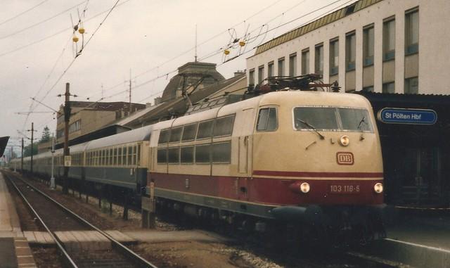 DB Ellok0028a Zoom auf 103 118 und Linienisolatoren in St. Pölten Hbf, Österreich