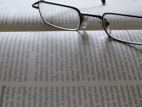 Buchseite mit Brille | by friek_magazine