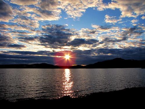 sunset sun canada reflection nature clouds canon soleil quebec reflet nuages crepuscule coucherdesoleil estrie lacmemphrémagog fantasticnature abigfave colorphotoaward platinumheartaward platinumheartawards memphremagoglake quynhvu canonpowershotsx10is soleicouchant laraqueen 28avril2010