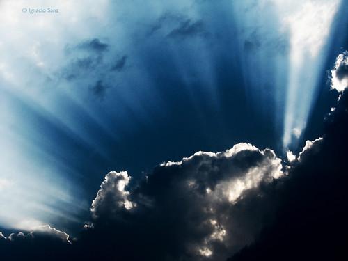 blue sunset sky cloud sun sol azul backlight contraluz atardecer cielo lightning rayo nube cualquierparecidoconlarealidadespuracoincidencia 100dichosmilenariosquesemeacabandeocurrir ©ignaciosanz