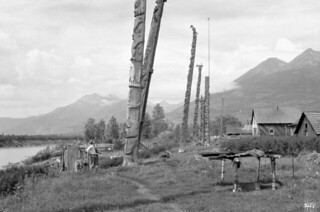 Totem poles at Kitwanga, Grand Trunk Pacific Railway / Des totems à Kitwanga, Chemin de fer Grand Tronc Pacifique