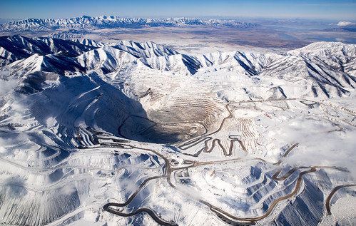 view utah hole peaks winter mine kennecottcoppermine mountains excavation oquirrhmountains binghamcanyonmine horizon slope snow copper trees above mining coppermine flight plane mountainrange roads snowcap clouds travel landscape windowseat flying mountainrainge southjordan unitedstates us