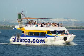 Vista de barquito turístico desde la Punta de San Felipe de Cádiz, al fondo Medina Sidonia.