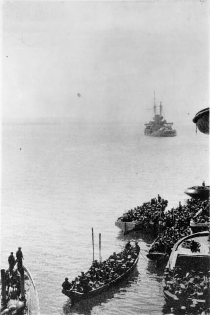 Auckland Battalion landing at Gallipoli, Turkey, during World War I, 25 April 1915 - Alexander Turnbull Library