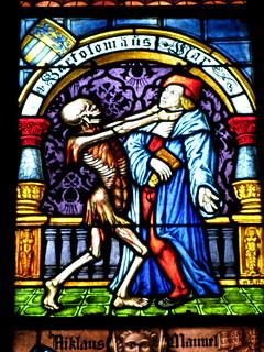 Tod holt sich Bartolomäus Star => Kirchenfenster mit der Darstellungen vom Tod immer mit einem Skelett Berner Münster in der Stadt / Altstadt von Bern im Kanton Bern in der Schweiz | by chrchr_75