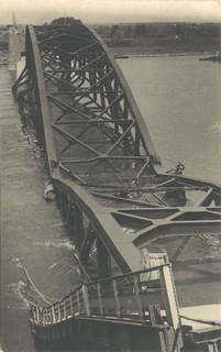 De Waalbrug tijdens de Tweede Wereldoorlog | by Regionaal Archief Nijmegen