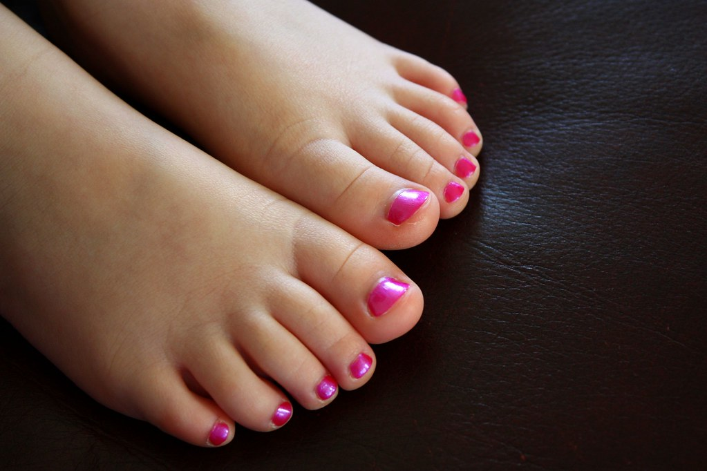 girls and toes