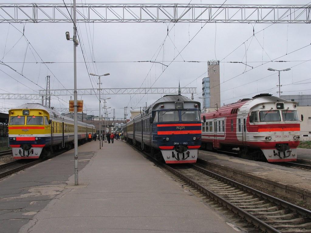 Drie verschillende kleurstellingen van de serie DR1A op station Riga op 3-5-2010.
