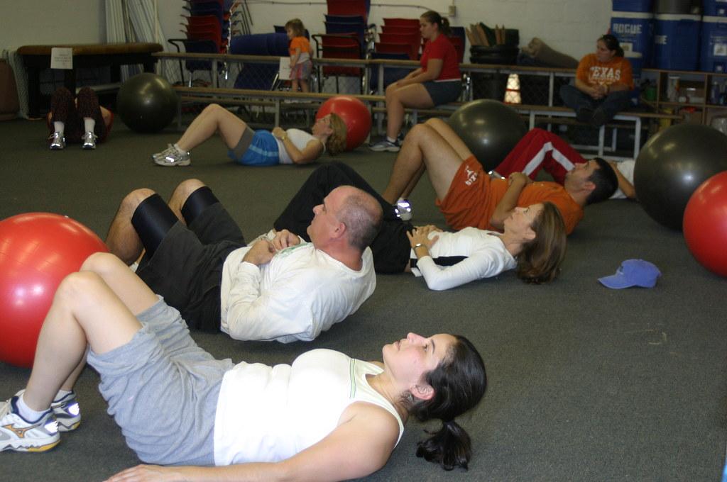 Persone che fanno esercizi addominali