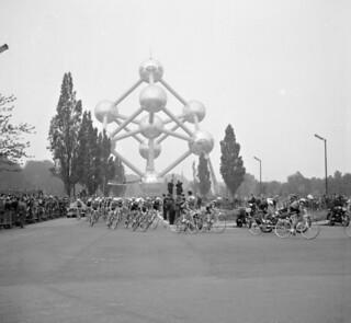 Wielrenners passeren het Atomium/Racing cyclists pass the Atomium (Brussels)